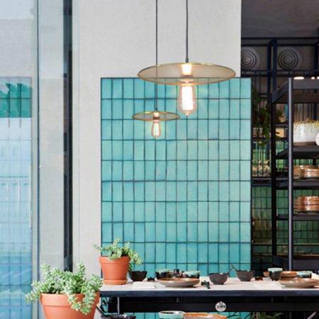 lámpara colgante platillo fondo azulejos