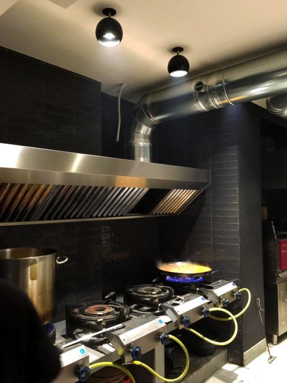 foco de empotrar con rótula planet negros en cocina de restaurante lavoe valencia