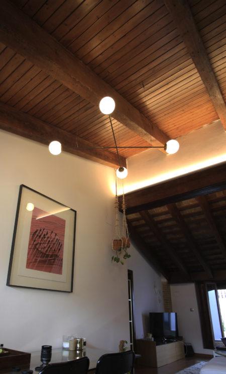 Lámpara colgante Funámbula en vigas madera